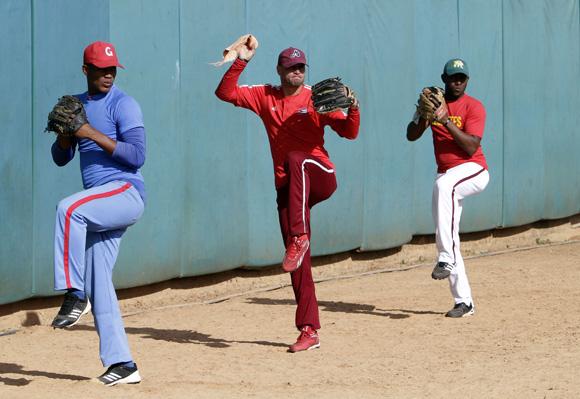 Refuerzos para el bullpen. De izquierda a derecha, Tamayo, Leinier y Betancourt. Foto: Ismael Francisco/Cubadebate.