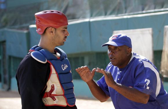 Giraldo da instrucciones a su catcher titular, Quintana. Foto: Ismael Francisco/Cubadebate.