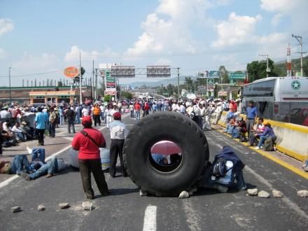 Maestros bloquean Autopista del Sol.