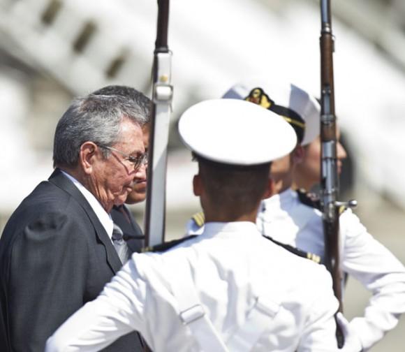 El presidente cubano, Raúl Castro (c), llega hoy, jueves 7 de marzo de 2013, al aeropuerto de Maiquetía en Caracas (Venezuela), para asistir al funeral del jefe de Estado, Hugo Chávez, fallecido el pasado martes tras 20 meses de batalla contra un cáncer que en buena parte libro en la isla antillana. Foto: EFE