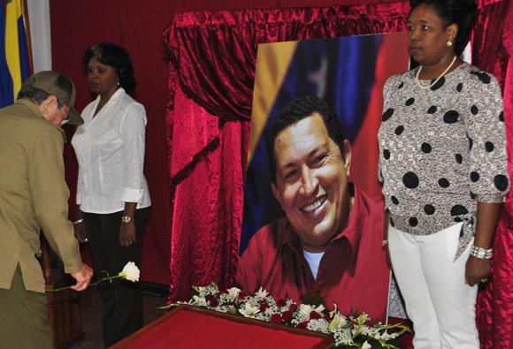 Raúl Castro asistió al homenaje a Chávez en Santiago de Cuba.