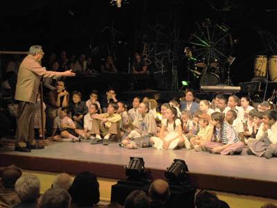 Raúl conversa con niños de La Colmenita.