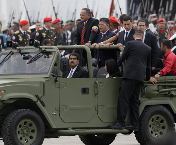 Maduro conduce auto Tiuna en la despedida popular a chávez
