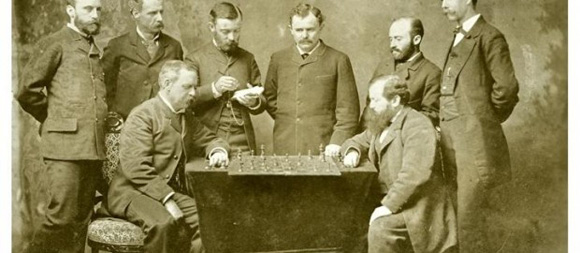 Steinitz (derecha), jugando en el New Orleans Chess Club en 1883.