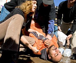 Una protesta contra la tortura con agua.