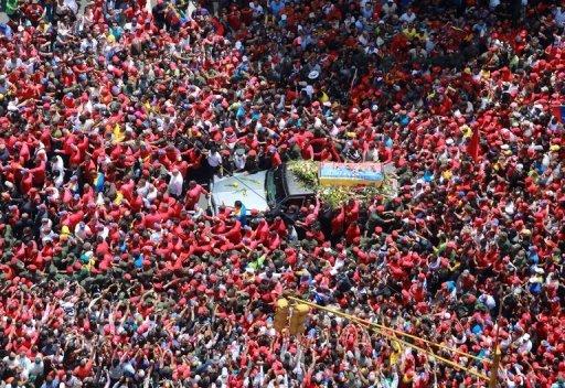 Los venezolanos acompañaron el cuerpo de Chávez desde el hospital militar de Caracas hasta la Academia Militar