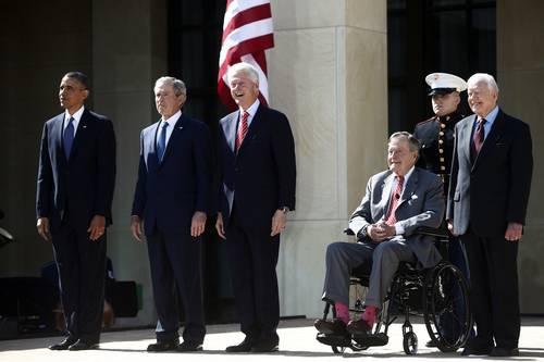 El jefe de la Casa Blanca, Barack Obama, y los ex mandatarios estadunidenses George W. Bush, Bill Clinton, George Bush y Jimmy Carter, durante la inauguración de la Biblioteca Presidencial George W. Bush, la semana pasada en Dallas. Foto: AP.