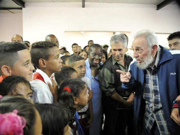 Fidel inaugura complejo docente vilma espin. foto estudios revolución