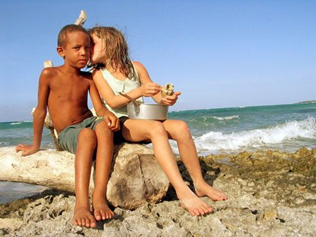 Niños cubanos en el mar