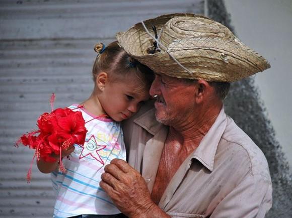 Niña con flor y anciano