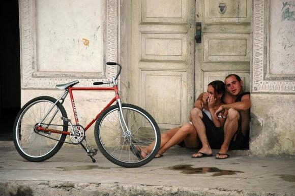 Pareja de jóvenes cubanos y bicicleta