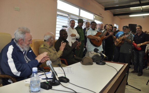 En la inauguración del centro actuaron los trovadores Eduardo Sosa y Pepe Ordaz. Foto Estudios Revolución.