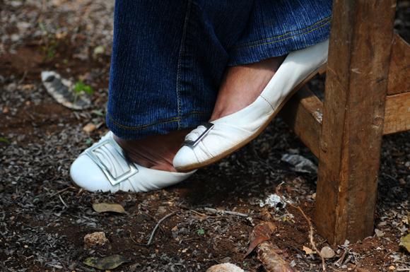 A los 65 todavía prefiere zapatos blancos. Foto: Yuliat Acosta/Cubadebate