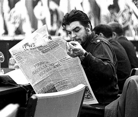 El_Che_leyendo_La_Nación