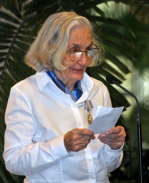 La destacada intelectual cubana Fina García-Marruz, durante la ceremonia donde le fuera concedida la Orden José Martí, que otorga el Consejo de Estado de la República de Cuba, en La Habana,  el 29 de abril de 2013.     AIN FOTO/Oriol de la Cruz ATENCIO