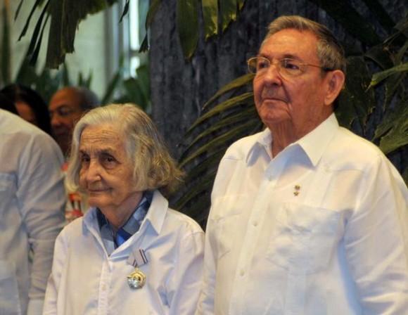 La destacada intelectual cubana Fina García-Marruz junto al Presidente cubano Raúl Castro, durante la ceremonia donde le fuera concedida la Orden José Martí, que otorga el Consejo de Estado de la República de Cuba, en La Habana,  el 29 de abril de 2013.     AIN FOTO/Oriol de la Cruz ATENCIO