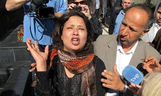 Iman Al-Obeidi bien rodeada por los medios de comunicación corporativos, incluida TVE.