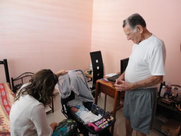 Foto del último encuentro de Irmita y su bebé con el abuelo Cándido René