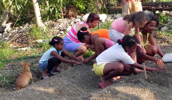 Sembrar se convierte también en un espacio de aprendizaje sobre la naturaleza.Foto: Rosana Berjaga