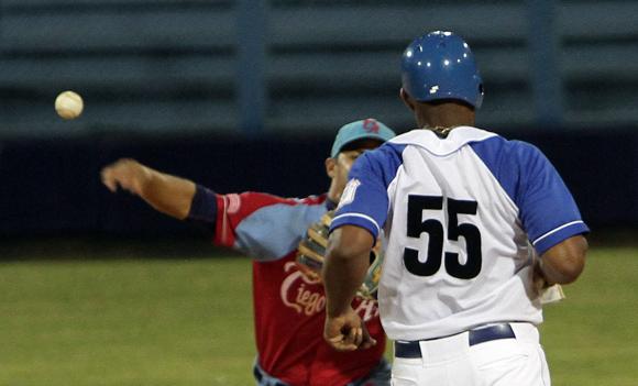 Malleta es puesto out en segunda base. Foto: Ladyrene Pérez/Cubadebate.