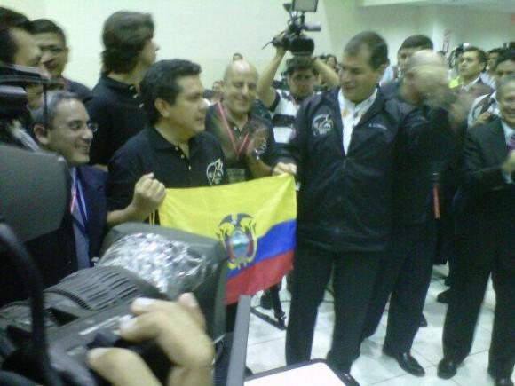 Correa celebrael lanzamiento del satélite ecuatoriano. Foto publicada en su cuenta de twitter.
