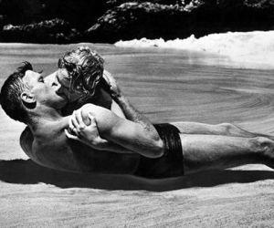 El beso más adúltero: De aquí a la eternidad. El beso más tórrido, húmedo y adúltero de la historia del cine es el que se dan sobre la arena de la playa y mecidos por las olas el sargento Warden (Burt Lancaster) y la esposa del capitán, Karen Holmes (Deborah Kerr) en De aquí a la eternidad.