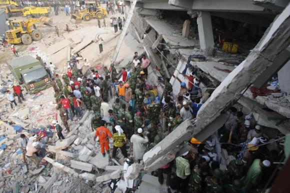 Tropas de salvamento rescatan a civiles atrapados