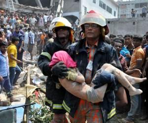 Tropas de salvamento rescatan las víctimas del derrumbe en Rana Plaza. Foto: Archivo