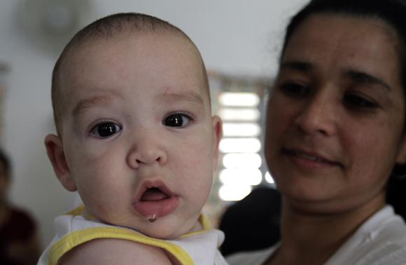 El pequeño bebe Osbel, de 5 meses junto a su mama Duniani Villalobo, interna de la Carcel de mujeres de la Habana. Foto: Ismael Francisco/Cubadebate.