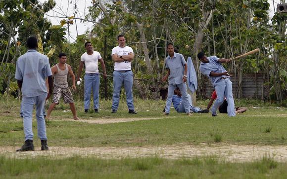 Internos juegan pelota en el   Centro de Reeducación para  Jovenes de San Francisco de Paula. Foto: Ismael Francisco/Cubadebate.