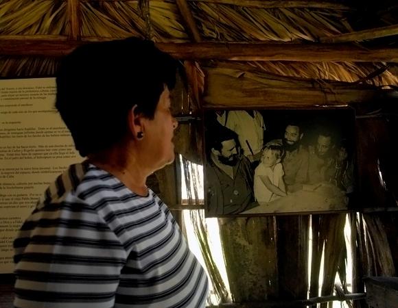 Nemesia nos muestra foto de la cena de Fidel con los carboneros el 24 de diciembre de 1959. Foto: Daylén Vega/Cubadebate