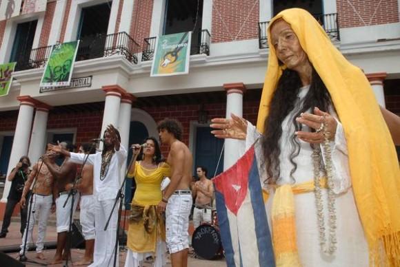 Desfile inaugural de las XX Romerías de Mayo, en la ciudad de Holguín, Cuba, el 3 de mayo de 2013. AIN FOTO/Juan Pablo CARRERAS