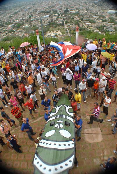 El Hacha de Holguín fue ascendida en hombros de voluntarios hasta la cima de La Loma de la Cruz, el 3 de mayo de 2013, luego de inauguradas las XX Romerías de  Mayo, en la ciudad de Holguín, Cuba. AIN FOTO/Juan Pablo CARRERAS