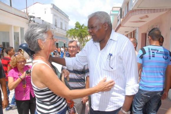 Esteban Lazo (C), Miembro del Buró Político del Partido Comunista de Cuba (PCC) y Presidente de la Asamblea Nacional del Poder Popular, durante un intercambio con transeúntes en el Bulevar de la ciudad de Cienfuegos, el 03 de mayo de 2013.  AIN  FOTO/Modesto GUTIÉRREZ CABO