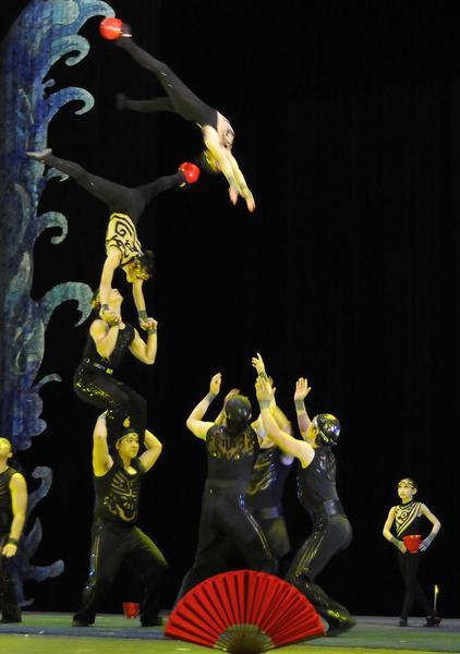 Juego de tazones sobre la cabeza realizado por artistas del Circo Nacional de China, durante la presentación del espectáculo La noche de Beijing, en el Teatro Mella, en La Habana, Cuba, el 30 de mayo de 2013.  AIN FOTO/ Roberto MOREJON RODRIGUEZ