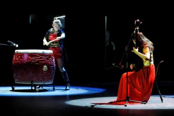 Dúo de tambor y pipa: Lanzas brillantes y caballería de hierro, artistas del Teatro de Ópera y Ballet de Beijing, durante la presentación del espectáculo La noche de Beijing, en el Teatro Mella, en La Habana, Cuba, el 30 de mayo de 2013..  AIN FOTO/ Roberto MOREJON RODRIGUEZ