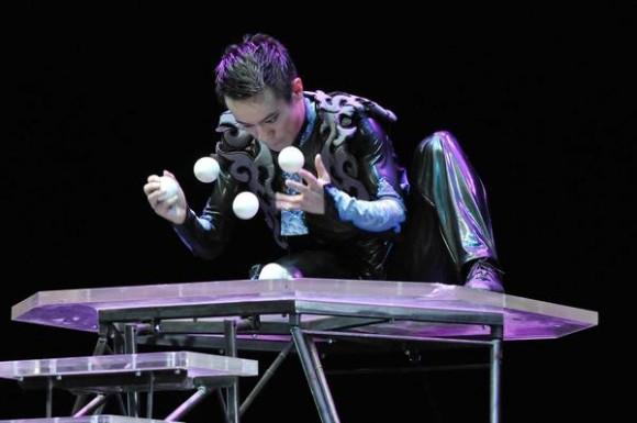 Juego de bolas realizado por un artista del Circo Nacional de China, durante la presentación del espectáculo La noche de Beijing, en el Teatro Mella, en La Habana, Cuba, el 30 de mayo de 2013.  AIN FOTO/ Roberto MOREJON RODRIGUEZ