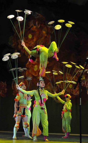 Juego con platos giratorios realizado por artistas del Circo Nacional de China, durante la presentación del espectáculo La noche de Beijing, en el Teatro Mella, en La Habana, Cuba, el 30 de mayo de 2013.  AIN FOTO/ Roberto MOREJON RODRIGUEZ