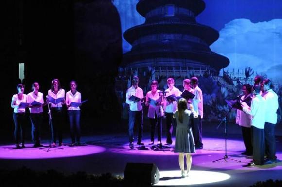 Coro del Instituto Confucio de la Universidad de La Habana, durante la presentación del espectáculo La noche de Beijing, en el Teatro Mella, en La Habana, Cuba, el 30 de mayo de 2013.  AIN FOTO/ Roberto MOREJON RODRIGUEZ