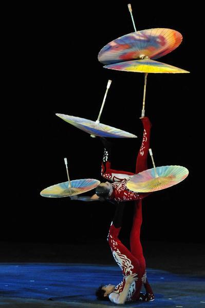 Juego con sombrillas realizado por artistas del Circo Nacional de China, durante la presentación del espectáculo La noche de Beijing, en el Teatro Mella, en La Habana, Cuba, el 30 de mayo de 2013.  AIN FOTO/ Roberto MOREJON RODRIGUEZ