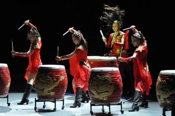 Dragón chino, Orquesta Femenina de Percusión Amapola Roja  durante la presentación del espectáculo La noche de Beijing, en el Teatro Mella, en La Habana, Cuba, el 30 de mayo de 2013.  AIN FOTO/ Roberto MOREJON RODRIGUEZ