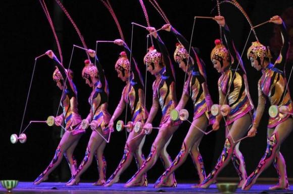 Juego colectivo de diábolo realizado por artistas del Circo Nacional de China, durante la presentación del espectáculo La noche de Beijing, en el Teatro Mella, en La Habana, Cuba, el 30 de mayo de 2013.  AIN FOTO/ Roberto MOREJON RODRIGUEZ