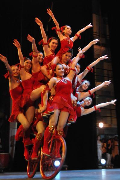 Equilibrismo realizado por  artistas del Circo Nacional de China, durante la presentación del espectáculo La noche de Beijing, en el Teatro Mella, en La Habana, Cuba, el 30 de mayo de 2013..  AIN FOTO/ Roberto MOREJON RODRIGUEZ