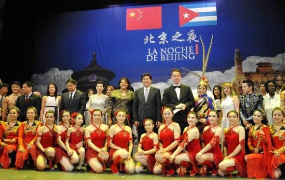 Lázara Mercedes López Acea , miembro del Buró Político del Partido Comunista de Cuba y  Guo LIn Luong , miembro del Buró Político del Partido Comunista de China, se toman una foto con artistas chinos y cubanos  durante la presentación del espectáculo La noche de Beijing, en el Teatro Mella, en La Habana,  el 30 de mayo de 2013.   AIN FOTO/ Roberto MOREJON RODRIGUEZ