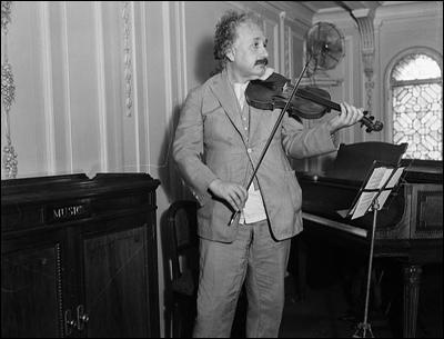 Einstein toca violín