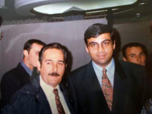 Viswanathan Anand, vigente titular del mundo, con el autor de este artículo en Linares 2002.