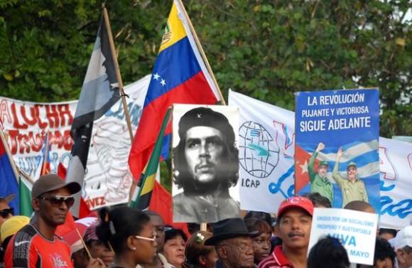 El pueblo camagüeyano durante el desfile por el Día Internacional de los Trabajadores, en la Plaza de la Revolución Ignacio Agramonte, en Camagüey,  el 1 de mayo de 2013.   AIN   FOTO/ Rodolfo BLANCO CUE