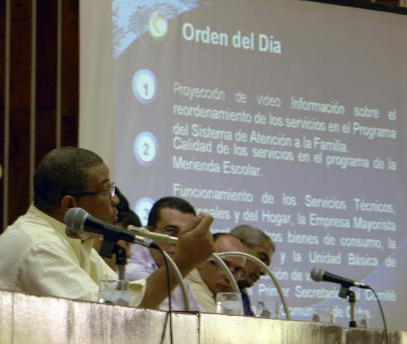 """Jorge Cuevas Ramos, primer secretario del Partido Comunista de Cuba en Holguín, durante la conducción del programa """"Con Todos"""". Foto: Daylén Vega/Cubadebate."""