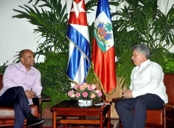 Laurent Lamothe (I), Primer Ministro de la República de Haití, fue recibido por Miguel Díaz-Canel Bermúdez (D), primer Vicepresidente de los Consejos de Estado y de Ministros cubano, al inicio de una visita de trabajo a Cuba, el 16 de mayo de 2013, en La Habana. AIN FOTO/Oriol de la Cruz ATENCIO