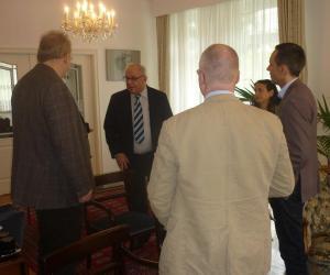 El embajador de Cuba en Alemania, Raúl Becerra, conversa con representantes de varios medios alemanes